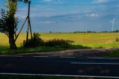 Carretera y campos de asfalto alrededor Imagen de archivo