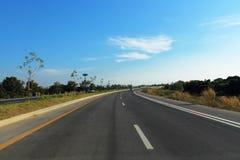 Carretera y cielo azul en chiangmai Imagenes de archivo