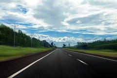 Carretera y cielo de asfalto en Tailandia con la falta de definición de movimiento Imagen de archivo libre de regalías