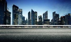 Carretera y ciudad de asfalto Foto de archivo libre de regalías