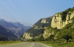 Carretera y paisaje de la montaña Viaje del norte del Cáucaso Imagen de archivo