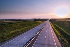Carretera y puesta del sol del país Gran naturaleza del camino claro alrededor Imagen de archivo libre de regalías