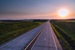 Carretera y puesta del sol del país Gran naturaleza del camino claro alrededor Imagen de archivo