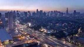 Carretera y rascacielos en la ciudad de Jakarta Fotografía de archivo libre de regalías