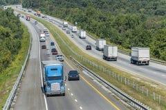 Carreteras de la montaña con tráfico Fotos de archivo