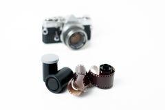 Carretes análogos de la foto con la cámara en fondo Fotografía de archivo