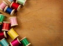 Carretes antiguos de la cuerda de rosca en un fondo de madera Fotos de archivo libres de regalías