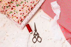 Carretes coloreados de la tela del hilo y de las tijeras para coser Imagen de archivo libre de regalías
