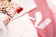 Carretes coloreados de la tela del hilo y de las tijeras para coser Imágenes de archivo libres de regalías
