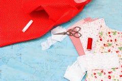Carretes coloreados de la tela del hilo y de las tijeras para coser Fotos de archivo libres de regalías