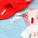 Carretes coloreados de la tela del hilo y de las tijeras para coser Fotos de archivo