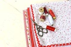 Carretes coloreados de la tela del hilo y de las tijeras para coser Fotografía de archivo