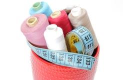 Carretes coloridos de la cinta métrica del hilo y Imagen de archivo libre de regalías
