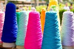 Carretes coloridos de la cuerda de rosca del bordado Imágenes de archivo libres de regalías