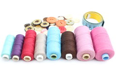 Carretes coloridos del hilo, de la cinta métrica y de botones Imagenes de archivo