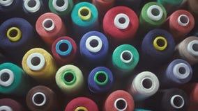 Carretes coloridos del hilo en fábrica de la materia textil Materias textiles y telas almacen de video