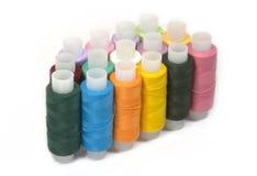 Carretes con los hilos de coser de diverso color Fotografía de archivo