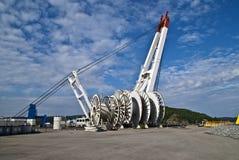 Carretes de cable grandes y grúa enorme Foto de archivo