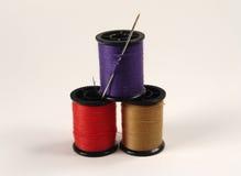 Carretes de costura coloreados Imagen de archivo