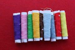 Carretes de diversa cuerda de rosca del color Fotos de archivo