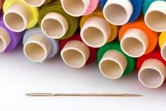 Carretes de hilos con la aguja de costura Foto de archivo libre de regalías