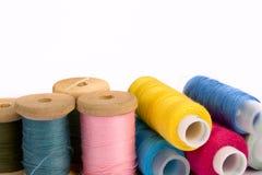 Carretes de hilos de coser Fotos de archivo