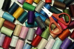 Carretes de la cuerda de rosca, de tijeras y de la aguja Imagenes de archivo