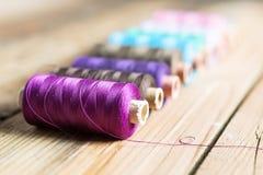 Carretes de la cuerda de rosca en fondo de madera Accesorios de costura viejos Imagen de archivo libre de regalías