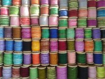 Carretes de la cuerda de rosca coloreada fondo abigarrado multicolor imagenes de archivo