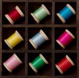 Carretes de la vendimia de la cuerda de rosca en muchos colores Fotos de archivo libres de regalías