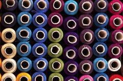 Carretes de las cuerdas de rosca del color Fotografía de archivo