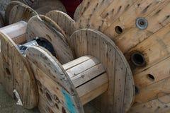Carretes de madera vacíos para los cables eléctricos Imágenes de archivo libres de regalías