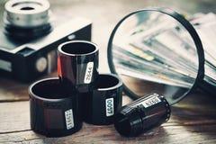 Carretes de película de la foto, cámara retra, fotos y lupa Foto de archivo libre de regalías