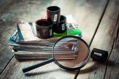 Carretes de película de la foto, fotos y lupa Fotografía de archivo