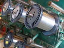Carretes del alambre de acero. Máquina del trenzado. Fotografía de archivo