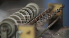 Carretes del hilado de la industria textil en la hiladora en una fábrica Cierre para arriba almacen de video