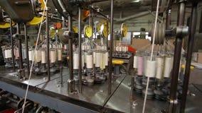 Carretes del hilado en una fábrica de la materia textil Cierre para arriba almacen de video