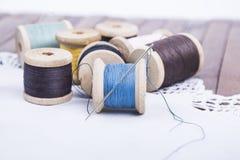 Carretes del hilo con una aguja en una servilleta Imagen de archivo libre de regalías