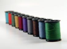Carretes del hilo de coser Fotos de archivo