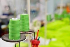 Carretes del hilo en el equipo de costura Fotografía de archivo