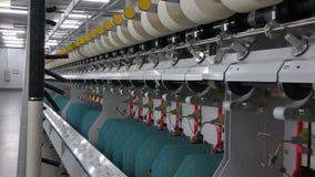 Carretes del hilo en una fábrica de la materia textil almacen de metraje de vídeo
