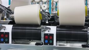 Carretes del hilo en una fábrica de la materia textil almacen de video