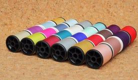 Carretes del hilo multicolores fotografía de archivo