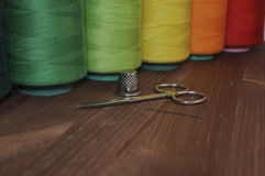 Carretes del hilo para coser y las tijeras del bordado, dedal, ne Imagenes de archivo