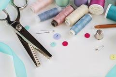 Carretes del hilo y de herramientas de costura básicas incluyendo los pernos, aguja, Fotografía de archivo