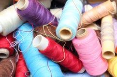 Carretes enredados del hilo de coser Fotografía de archivo