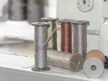 Carretes grandes del hilo en una máquina de coser imágenes de archivo libres de regalías