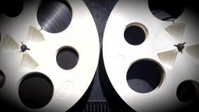 Carretes retros de la rotación con la cinta almacen de video