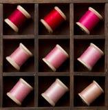 Carretes rosados y rojos de la vendimia de la cuerda de rosca Imagenes de archivo