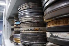 Carretes viejos de la película en las latas de plata fotografía de archivo